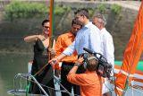 Isabelle Giodano va couper le ruban aux couleurs du Groupama 3