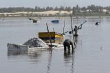 Sénégal - Le Lac Rose et le travail d'extraction à la main du sel déposé au fond du lac