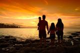 Família contemplando pôr-do-sol volta da jurema