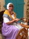 Spinnerin in provencalischer Tracht / spinner in provencal costume