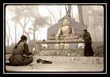 tibetaines au pied du buddha de swayanbu