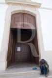 À Porta da Igreja