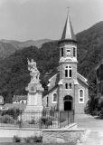 Monument aux morts et église de Ferrieres par Foca Sport SC