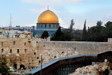 Jerusalem: The Jewish Quarter – The Western Wall to the left of the excavation site - behind it the Dome of the Rock (gold).