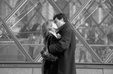 Amoureux devant le Louvre.