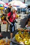 14 0999 Ulrike buys a papaya