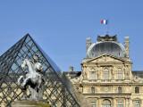 Louvre Pyramide Statue.jpg