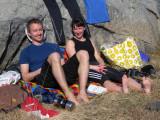 Kenneth och Camilla njuter av solen och omgivningen  Foto Anita