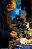 Bernt får hjälp av Owe att laga skon.