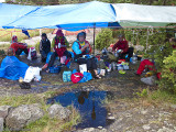 På lördagen paddlade vi i regn, därefter middag på gyllene tarpen.