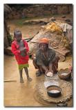 Mujer Konso preparando comida