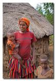 Mujer y niños Konso en su casa  -  Konso woman and children
