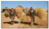 Mujeres Karo cargadas  -  Loaded Karo women