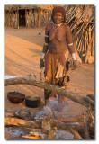 Mujer Hamer cocinando  -  Hamer woman cooking