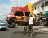 La voiture ne fait pas le poid face au vélo.