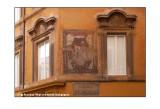 Le finestre della casa con lo stemma
