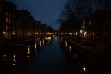 The Oudezuds Voorbrugwa canal at night
