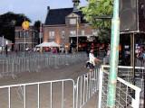 Het plein is bijna leeg.