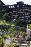 Hôtel club et vieux cimetière : deux sortes de résidences
