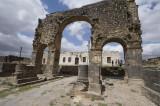 Bosra monumental arch 0694.jpg