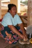Femme préparant le thanakha