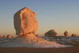 Le soleil couchant enflamme les rochers