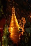 Un pagodon parmi les bouddhas