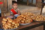 Jeune vendeuse de beignets