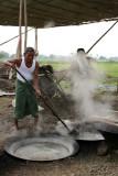La cuisson du riz dans de vastes chaudrons