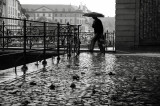 passant sous la pluie