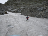 Sneeuwveld in afdaling Mallnitzer Scharte naar Gießener Hütte (klimmer is een tegenligger)