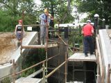 Dismantling scaffolding in the lock chamber
