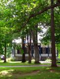 maison centenaire sous les arbres