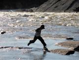 en sautant les rapides...