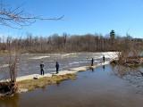 déjà des pêcheurs sur la digue