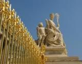 Une grille en or pour la statue