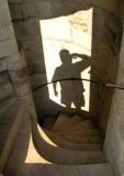autoportrait dans l'escalier