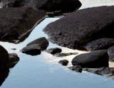 rochers noirs et eau bleue
