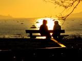 Tête à tête sur un banc au coucher du soleil