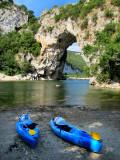 Canoes bleus devant l'arche