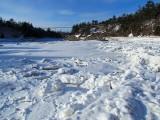 Sur le lit gelé de la rivière