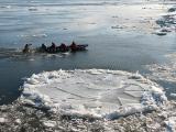 le canot contournant une plaque de glace