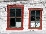 deux fenêtres rouges