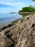 les rochers allant vers l'ile