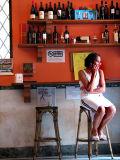 Carrare,  la tenancière du bar