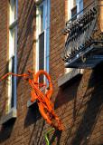 orange  le vélo du mur de brique