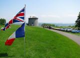 devant les drapeaux