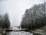 012 - Ankeveense plassen: Bij de molen gelijk rechtsom en even de overlaat passeren.