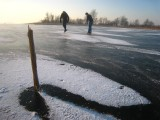 024 - Loosdrecht: de wind heeft de sneeuw mooi om de stok heengelegd