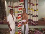 Sri Venkatesa iyengar svami inspecting the malai.jpg